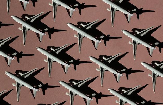 Бесшовный фон из самолетов на розовом фоне