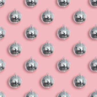 ピンクのクリスマスディスコボールのシームレスパターン