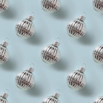 青いクリスマスの抽象的な背景にクリスマスシルバーボールのシームレスなパターン
