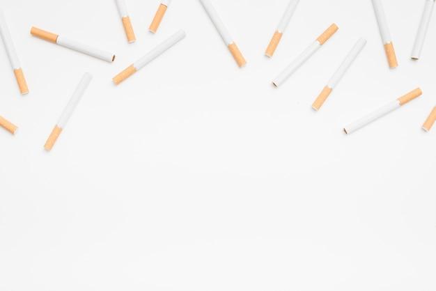 Бесшовные сигарет на белом фоне