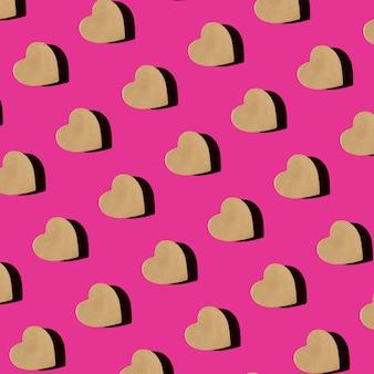 분홍색 배경 평면도에 심장의 모양에 공예 선물 상자의 완벽 한 패턴 평면 누워. 발렌타인을위한 창조적 인 구성.