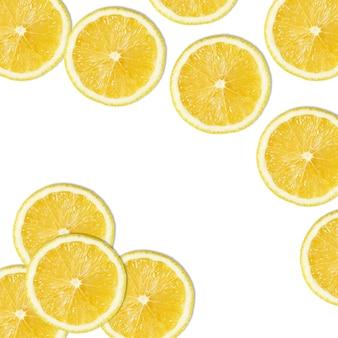 白い背景の上の黄色いレモンスライスのシームレスなパターン
