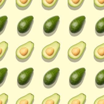 Бесшовный фон с авокадо на светло-зеленом