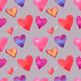 Бесшовный фон с акварельными рисунками. рисованные сердца разных размеров и цветов на сером фоне.