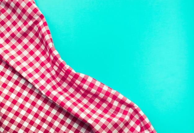 青い背景とシームレスな赤い市松模様の生地