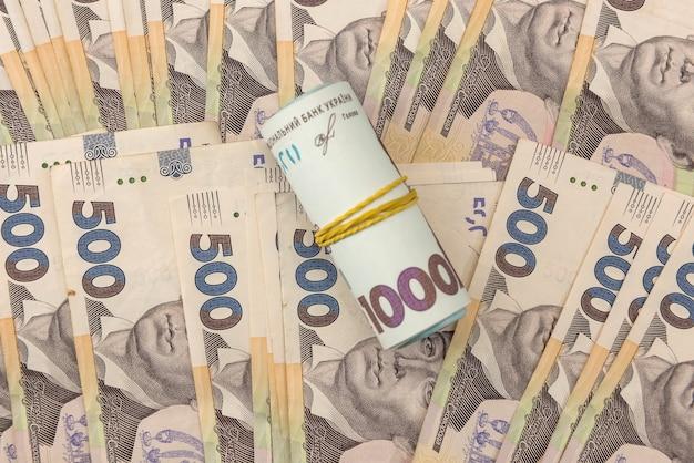 진짜 새로운 우크라이나 500 및 1000 지폐의 매끄러운 질감. uah. 금융 배경으로 hryvnia의 더미입니다.