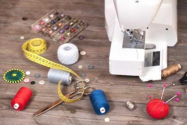 재 봉사 또는 재단사 배경 바느질 도구, 화려한 스레드, 재봉틀 및 액세서리.