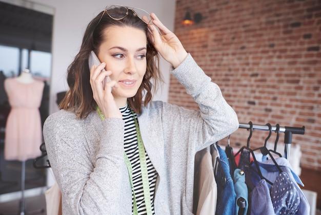 Швея заказывает больше товаров по телефону