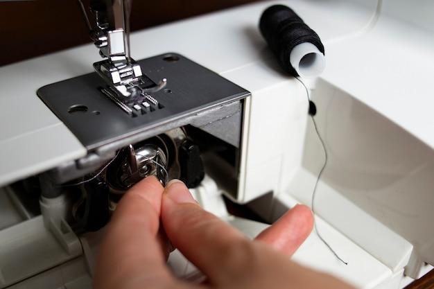 재봉사 재봉틀의 스풀 교체