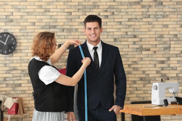 아틀리에에서 고객의 치수를 측정하는 재봉사