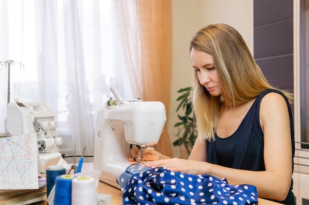 自宅で縫う針子の女性
