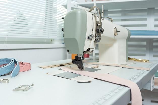 仕立て屋の職場とテーブル上の多くのアイテム