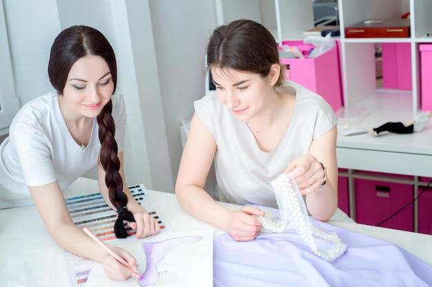 Швеи работают в швейной мастерской
