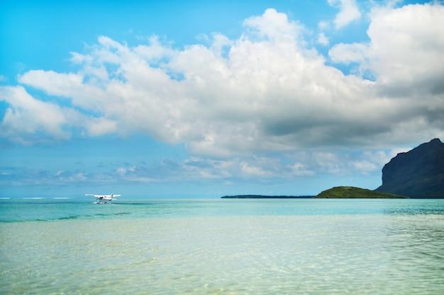 수상 비행기가 인도양의 모리셔스 섬에서 이륙하기 시작합니다.