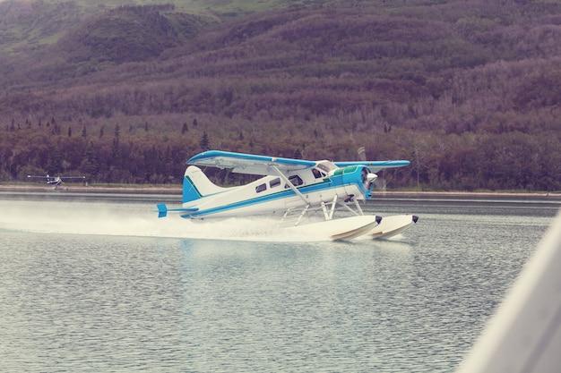 アラスカの水上飛行機。夏のシーズン。