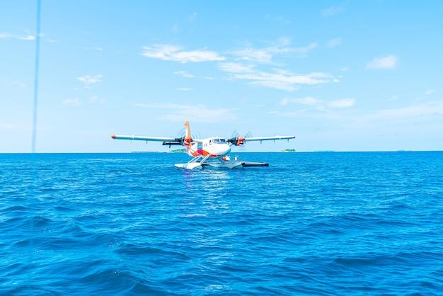 Гидросамолет взлетает в аэропорту на мальдивах
