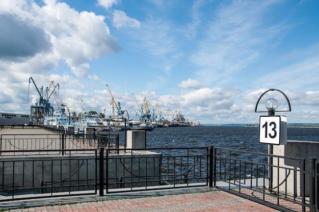 화물 크레인과 항구 통로
