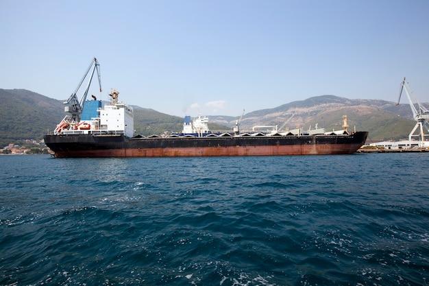 항구-화물선이 계류하는 항구.