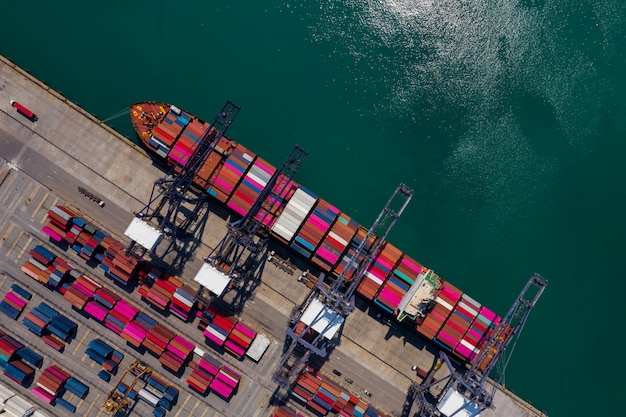 シーポートターミナルの保管コンテナーと出荷貨物コンテナーの空撮の積み下ろし