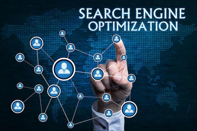 濃い青色の背景に検索エンジン最適化のコンセプト