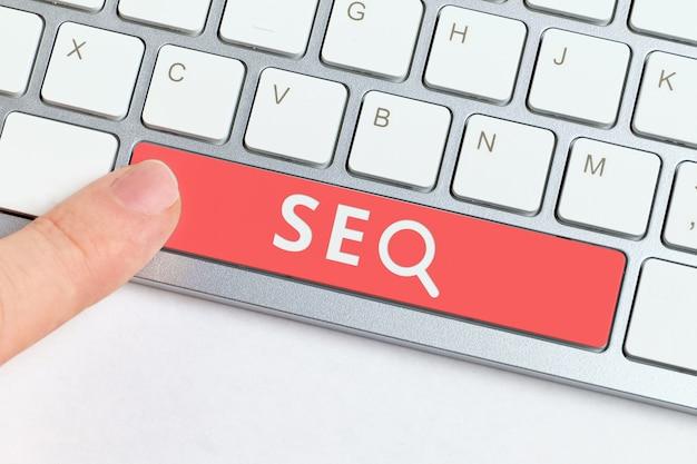 Концепция поисковой оптимизации с клавиатурой и нажатием пальца