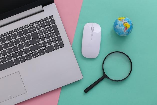 情報を検索します。 pcマウス、拡大鏡、ピンクブルーの背景に地球儀とラップトップ。上面図