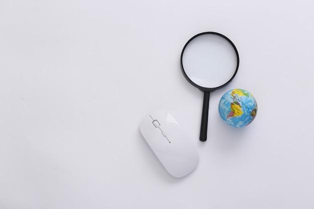 情報を検索します。 pcマウス、拡大鏡、白い背景の上の地球。上面図