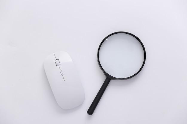 情報を検索します。 pcマウス、白い背景の拡大鏡。上面図