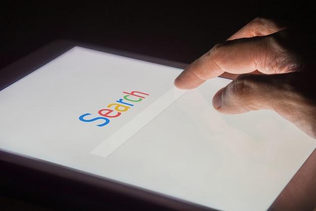 Поиск в интернете поисковой системы на смартфоне Premium Фотографии