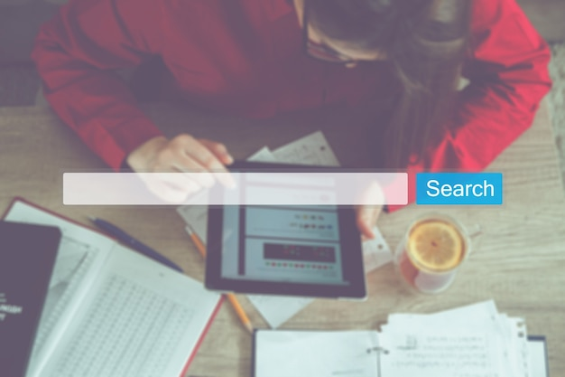 Seoオンラインインターネットブラウジングwebコンセプトを検索します。ウェブサイトwww検索バー虫眼鏡グラフィック