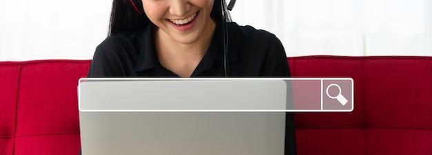 バックグラウンドでブラウジングインターネットバーを検索するのは、ラップトップでビジネスパートナーとのアジアの女性のビデオ会議です。ブラウジングインターネットデータ情報ネットワーキングの概念を検索する