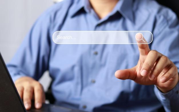 Поиск, просмотр интернет-данных, концепция информационной сети, технология поиска данных, поисковая оптимизация, мужская рука, нажав кнопку поиска. Premium Фотографии