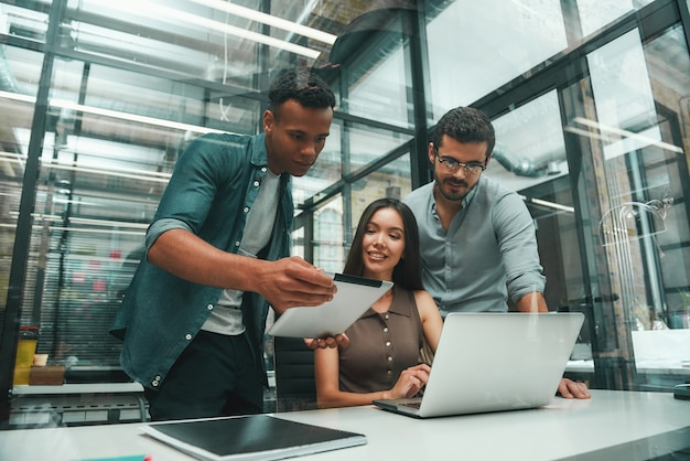 젊고 긍정적인 직원 3명으로 구성된 솔루션 그룹을 찾고 현대 기술과