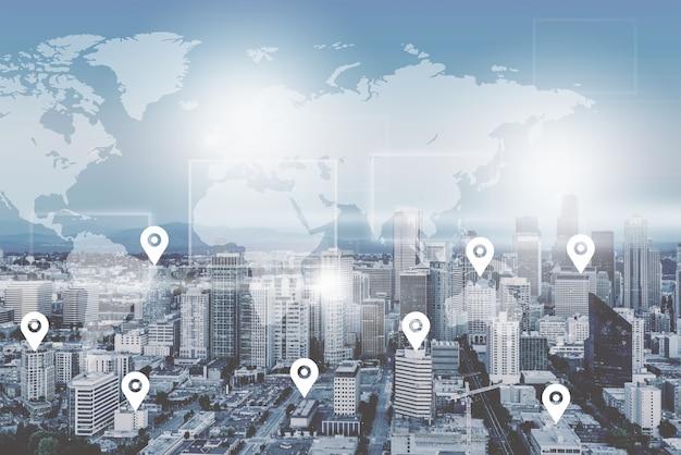 Поиск местоположения на карте и булавки над синим пейзажем города и сетевым подключением,