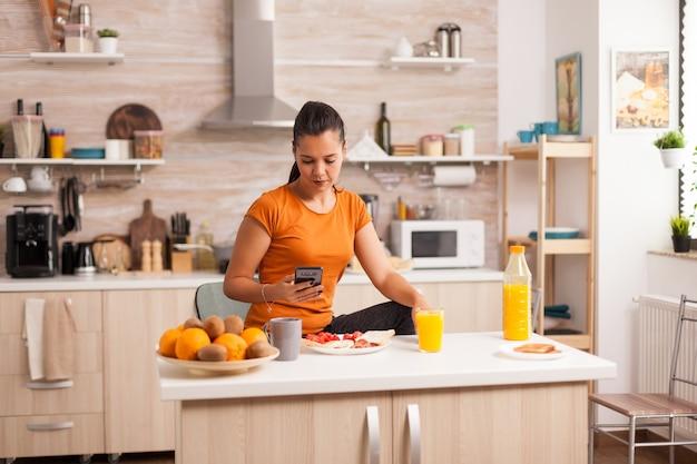 Поиск новостей по телефону во время здорового завтрака