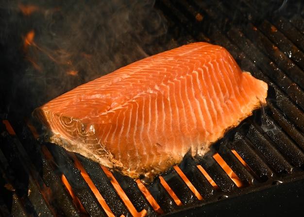 주철 금속 화격자가 있는 야외 그릴에 구운 연어 생선 필레