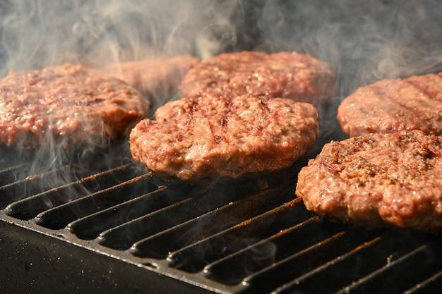 시어링 쇠고기 고기 바베큐 burgers for hamburger on bbq fire flame 그릴 with 주철 금속 화격자