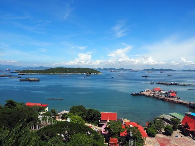 澄んだ青い雲の空、タイのスリチャン島の海の景色と街の海岸の景色