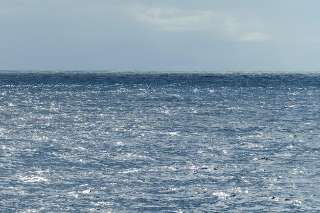 Морской пейзаж, синее море. спокойная погода. вид с судна. Premium Фотографии