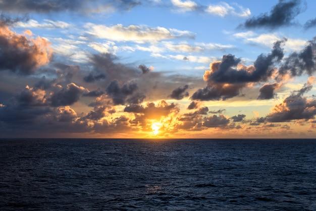 Морской пейзаж синее море закат на море спокойная погода вид с грузового судна работа в море
