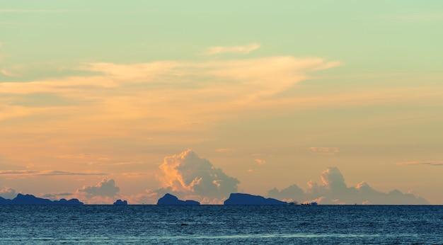 シースケープ明るい青い海スカイホワイト雲の背景
