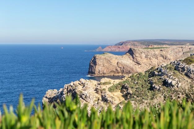 Морской пейзаж кабо сан-висенте, сагреш португалия.