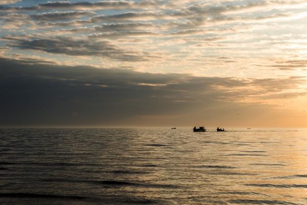 海景。朝の釣りから戻ってくる漁師