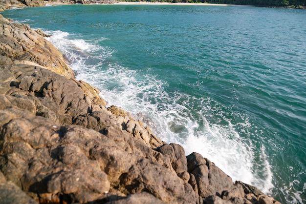 자연 구성에서 바다 경치, 서핑 파도 충돌.