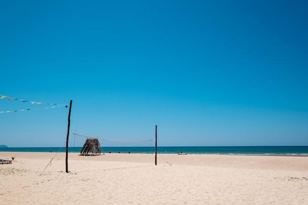 穏やかな空と美しい熱帯のビーチの海の絵。海の景色と砂のビーチ、夏の背景。