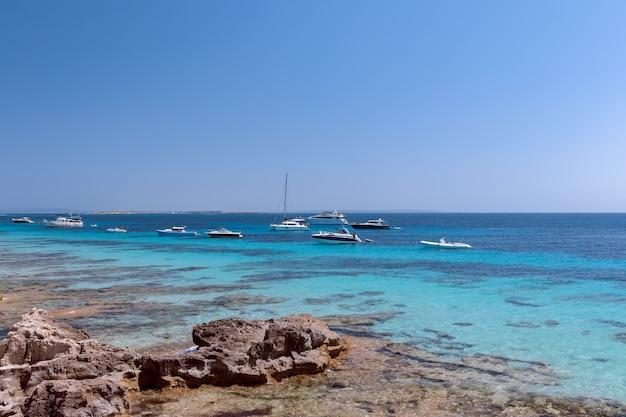 Морской пейзаж красивого бирюзового моря и яхт на ибице, испания
