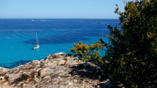 コルシカ島、フランス、山地平線背景の海。水平ビュー。