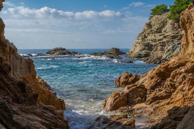 Морской пейзаж курортной зоны коста брава недалеко от города льорет-де-мар в каталонии, испания