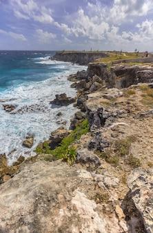 Морской пейзаж скалистого побережья со скалой с видом на море в исла-мухерес в мексике
