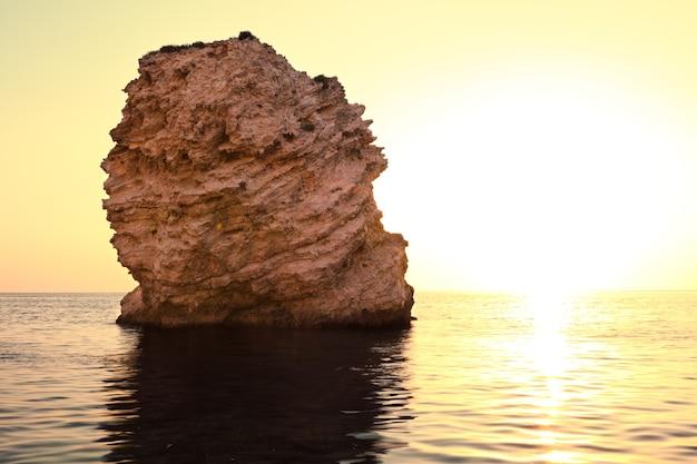 고요한 바다 해안, 돌 바닥과 바다의 바위의 바다